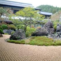 当館には大小4つの庭園がございます。