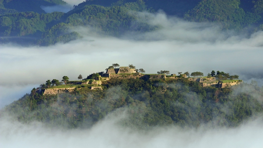 *【竹田城跡】運が良ければ早朝の雲海に見え隠れする「竹田城跡」をカメラに収めることも可能です♪
