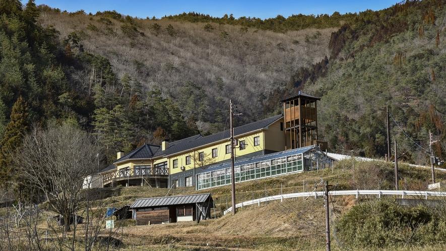 *【ペンション外観】大屋町を見下ろす丘の上、あゆ公園の中の一番高いところに位置しております