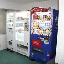 自販機コーナーではアルコール、ソフトドリンク、カップ麺など割安価格でご提供