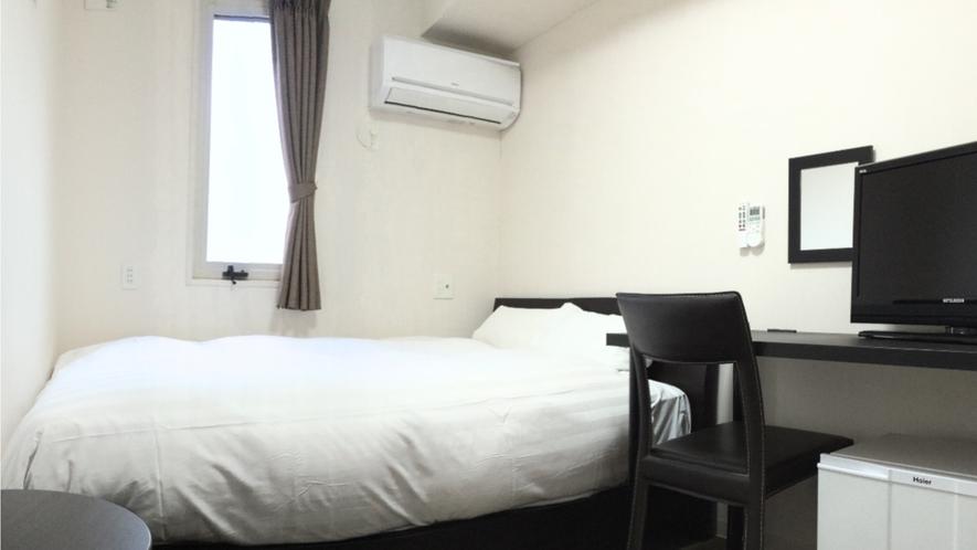 ダブル12平米、ベッド幅140cm(シーリー社)。個別空調、Wi-Fi、温水洗浄便座