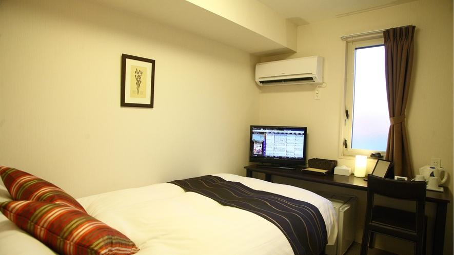 セミダブル12平米、ベッド幅120cm(シモンズ社)。個別空調、Wi-Fi、温水洗浄便座