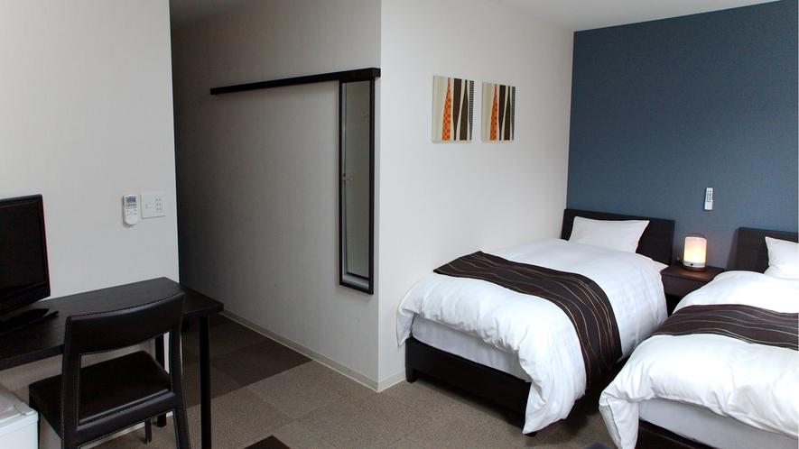 ツインルーム16平米、ベッド幅90㎝(シーリー社)。個別空調、Wi-Fi、温水洗浄便座