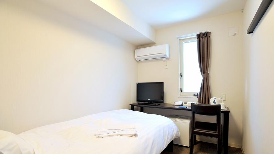 シングルルーム11.8平米、ベッド幅110cm。個別空調、Wi-Fi完備