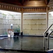 【大浴場】当館のお湯は源泉かけ流しの≪甘露の湯≫。湯あがりのお肌はすべすべです♪