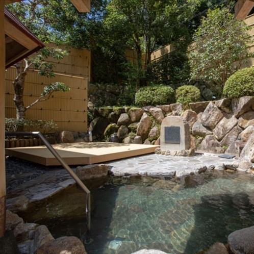 【露天風呂】白浜温泉の中でも最高と謳われる≪甘露の湯≫を露天風呂でもお愉しみいただけます。