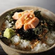 【朝食】自家製のお出汁と黒米のご飯で作るお茶漬けは、リピーターさんにも人気の朝食メニュー!