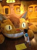 【美術館】テディベアミュージアムでは大きなネコバスが話題の「となりのトトロ展」開催中です♪