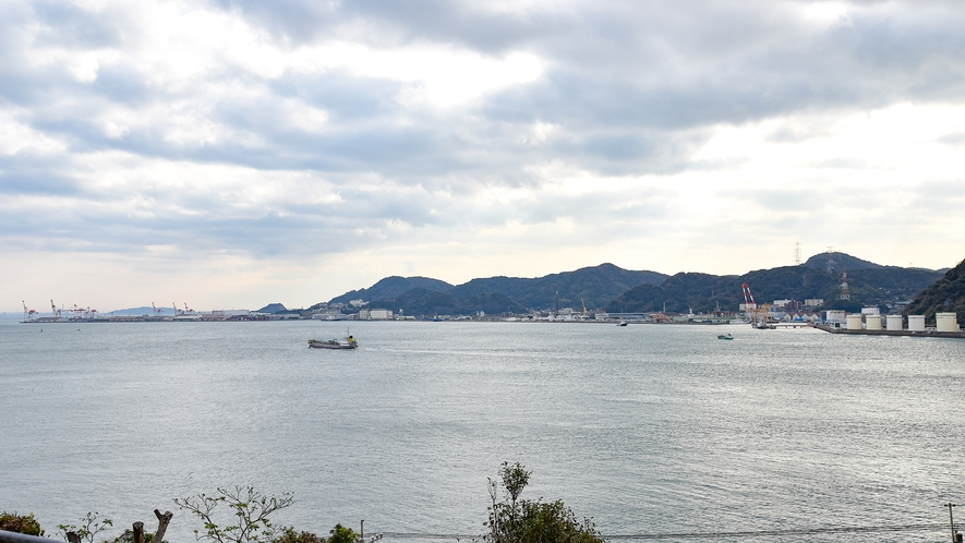 *【客室一例:和室7.5畳】ゆったりと流れる関門海峡の景色をお楽しみください。