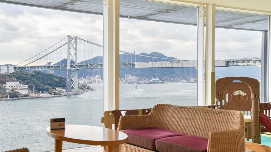 *【館内一例:ラウンジ】関門海峡を望む景色が広がります。