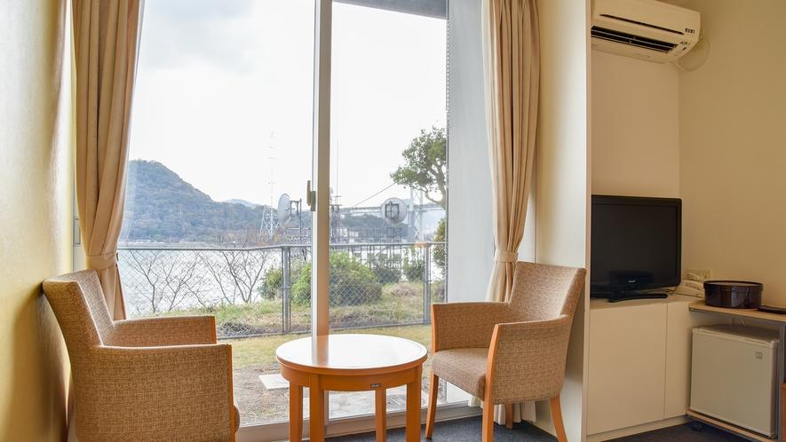 *【客室一例:洋室ツイン】お部屋からは関門海峡が一望!