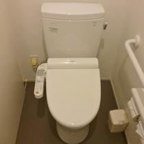 お部屋のトイレにはスロープが付いており、バリアフリー対応となっております。