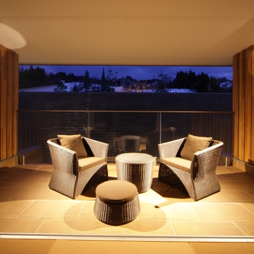 蓮 リビングルーム(夜) メゾネットタイプの極上の空間でゆったりお過ごしください