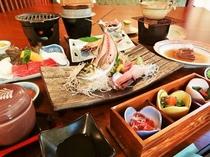 夕食(例)当館自慢の会席料理。お肉もお刺身も両方お楽しみ頂けます♪