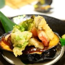 ご夕食一例(米茄子田楽)/茄子の上に乗った天ぷらをそのまま食べてもよし、田楽に絡めて食べるもよし。