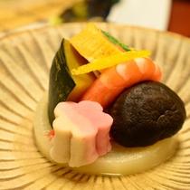 ご夕食一例(炊き合わせ)/季節替わりの旬食材を使用した、ほっと心が温まる一品。