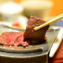 ご夕食一例(大分県産牛の瓦焼き)/じゅうじゅう、あふれる肉汁!