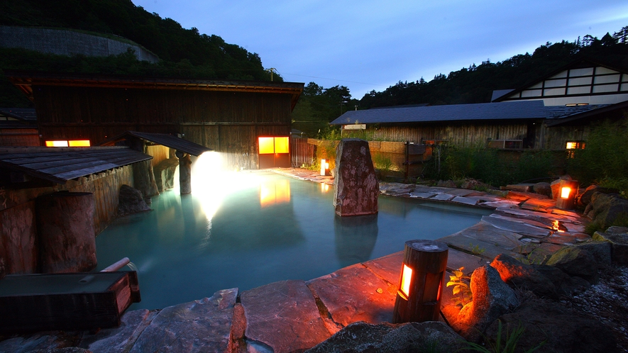 *大露天風呂~男女別の大きな露天風呂。自然景色に溶け込み、解放感いっぱい。~
