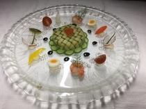 季節のオードヴルの例 『蟹と貝柱・きのこのサラダ ズッキーニ包み』