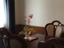 客室のリビング 『テーブルに春を・・』