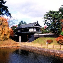 *【追手門(秋)】赤や黄に染まる木々が美しい弘前の城門。