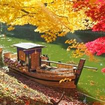 *【舟・紅葉】イチョウやもみじの鮮やかなコントラスト辺りを彩る美しい光景。