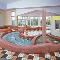 *【屋内プール】気泡浴槽、幼児用プール、寝湯浴槽、打たせ湯、ボディシャワーも備えています!