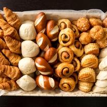 【朝食ビュッフェ】バリエーション豊富なパンをお楽しみください。(イメージ)