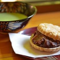 *お夕食一例(デザート)/お食事の締め括りは人気の手作りモナカとお抹茶。