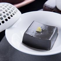 *お夕食一例(胡麻豆腐)/芳しい黒胡麻の香りと濃厚でなめらかな舌さわりに舌鼓。当館自慢の逸品です。