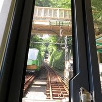 *【周辺情報】大山寺駅での列車の行き違い。登りと下りの列車が交差します。