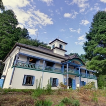 *明治校舎/青と白の風合いが可愛い、レトロな雰囲気を醸し出す校舎。歴史資料館やカフェが楽しめます。