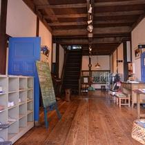 *明治校舎/青いペンキで塗られたドアがとっても印象的。カフェや歴史資料館がございます。
