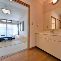 *和室12畳(客室一例)/どなたでも快適にお過ごしいただけるよう、足元の段差も少なく。