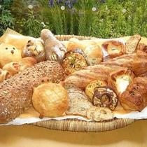 *香ばしい香りが広がる自家製パン。