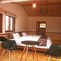 *【洋室20平米テラス付】南アルプス八ヶ岳中庭を望み、レトロな教室の様な部屋です。