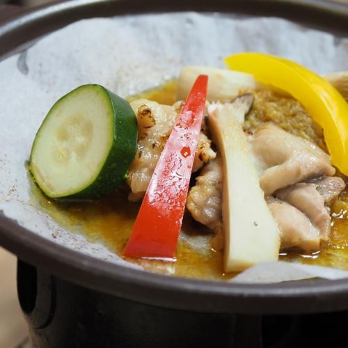 「蕗味噌」を使った福味鶏の陶板焼きは逸品です