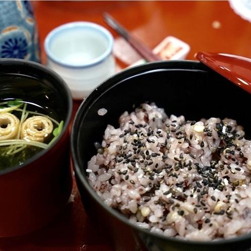 夕食の五穀米はヘルシーで女性に大人気です