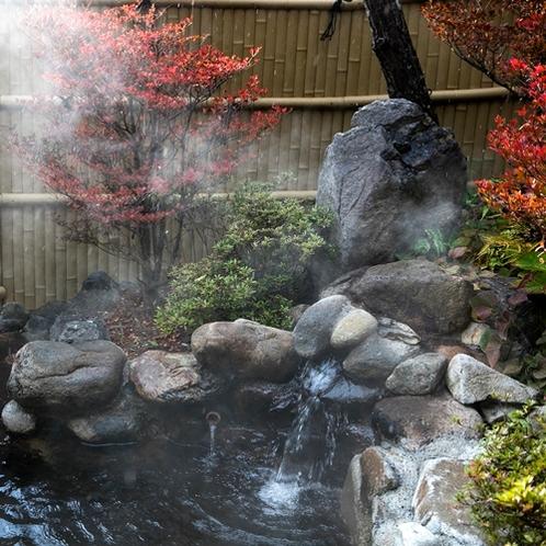 秋に色付く露天風呂をお愉しみください