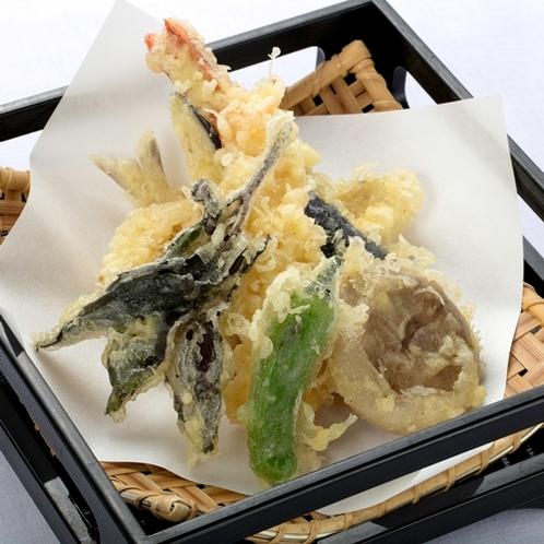 旬の食材の天ぷらを揚げたてでご用意いたします