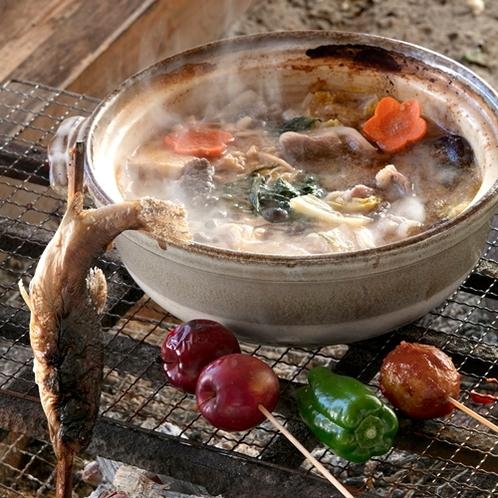 地元猟師から仕入れる猪肉を熱々の鍋でご堪能ください