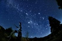 晩秋の山田牧場と星空