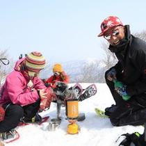 *<スノートレッキング>旨さ格別!「温かいコーヒーとお菓子」で雪上ティータイム♪(イメージ)