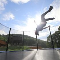 *【アクティビティ】空に向かってジャンプ!トランポリンを楽しむ。