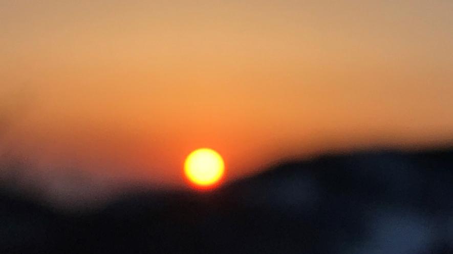 *晴れた日の澄んだ空気の朝焼けをご覧いただけます。