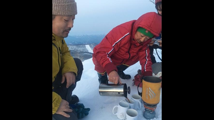 *スノートレッキング/山頂でのコーヒー