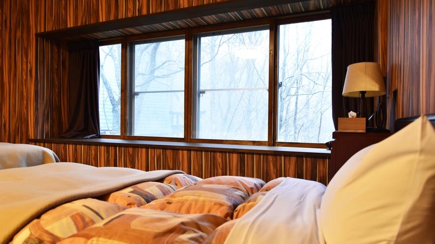 *【客室例】グループルーム(5~11名) 窓際のベッドでは朝日を浴びながら気持ち良く起床できますよ♪