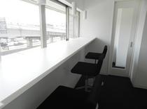 2階窓際カウンターテーブル