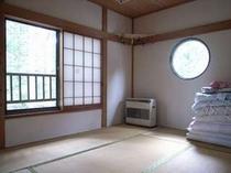 73. 2階の和室は広々3部屋。男女別・家族ごとなど部屋割りも可能です。 【〜8名様:しゃくなげ7号館】