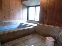 69. 石と木目を基調としたお風呂は、足を伸ばしてゆっくり入浴OK 【〜8名様:しゃくなげ3号館】